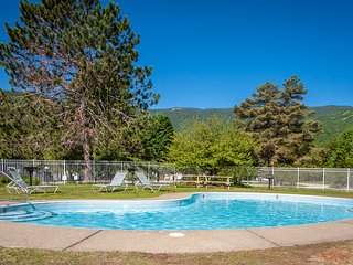 Cozy mountain condo w/ shared pools, hot tub, tennis & fitness center access