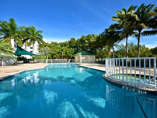 Shared pool, hot tub, tennis courts, & balcony - dogs OK! Family friendly!
