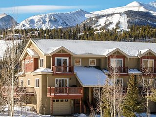Spacious, waterfront townhouse with mountain views and private hot tub!