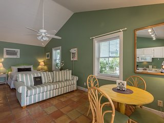 Cozy, dog-friendly suite w/ shared hot tubs, patio space, grill, and kitchenette