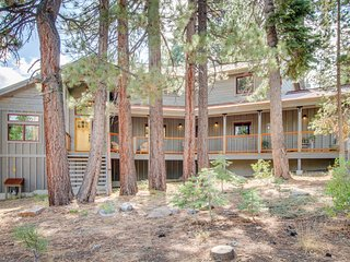 Modern Luxury Residence in Tahoe Donner Resort Community, Hot Tub, Shared Pool,