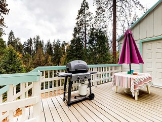 Warm, cozy dog-friendly cabin minutes from Shaver Lake, nearby village, & more!