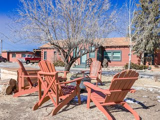 Cozy South Fork rental w/ kitchen, shared hot tubs, free WiFi - dogs welcome!