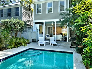 Lovely, dog-friendly townhouse w/ private pool, full kitchen & beach access
