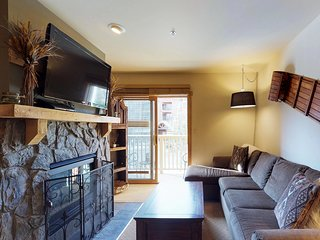 Comfortable ski-in/ski-out condo w/ jetted tub, shared pool, hot tub, & more!