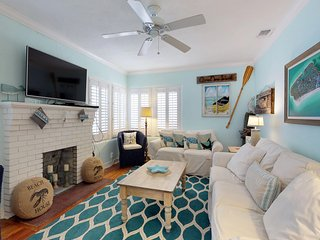 Adorable, vintage cottage w/ private pool & sundeck - walk to the beach!