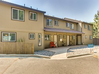 Lovely townhouse overlooking the river w/ home conveniences & a great location!