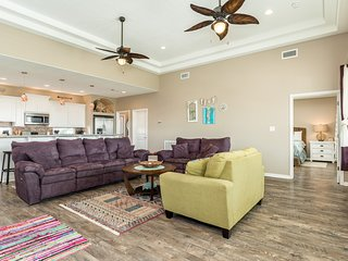 Dog-friendly home near the beach w/ furnished balcony & views of the Gulf!