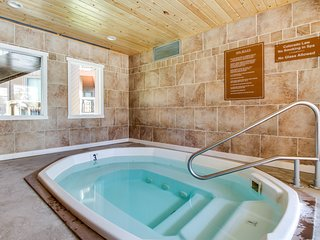 Updated retreat w/ shared pool/hot tub, & mtn. view balcony- bus to slope