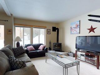 Well-located condo with private patio & access to tennis, shared pool, & hot tub
