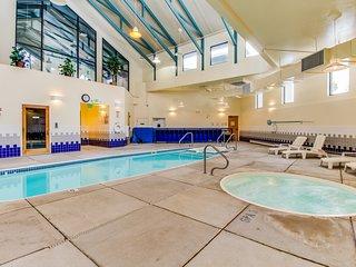 Mountain view condo w/skylit loft, balcony, shared pool, hot tub & game room