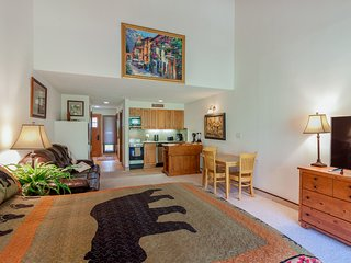 Cozy mtn studio w/ patio, shared pool & great views - close to skiing & golf