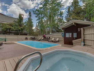 Mountainview condo w/ fireplace, near the ski lift - access to pool and hot tubs
