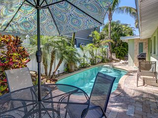 Conveniently located home w/shared pool - near beach, dining, shopping!