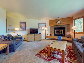 Condo on shuttle route- shared hot tubs, views, walk to the slopes!