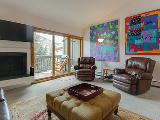 Lovely townhome w/ shared seasonal pool & easy access to the slopes!