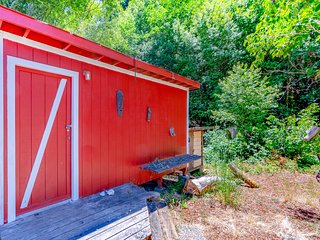Serene creekside home w/ private hot tub & deck - close to river/woods, dogs OK!