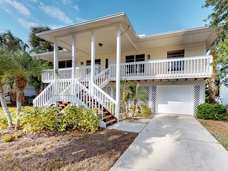 Breezy house w/ deck, screened porch & hammock - 1 block to the beach!