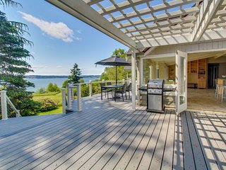Peaceful bay-view home with quiet location moments from the beach!