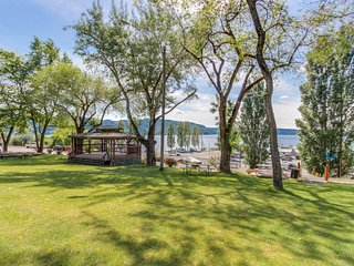 Cozy, waterfront home on Lake Coeur d'Alene - walk to downtown Harrison!