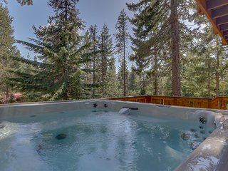 Newly remodeled space w/private hot tub & wood stove - walk to ski!