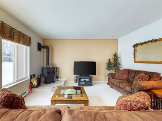 Comfortable condo w/ shared pools, hot tub, & fitness room - close to the lake