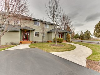 Golf course home w/ deck - walk to shared pools, hot tubs, tennis & more!