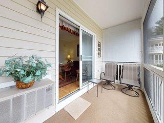 Studio condo, screened porch & seasonal pool/pool table - near beaches!