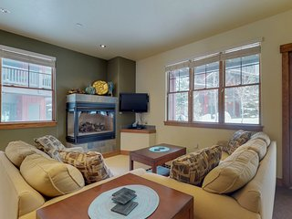 Comfortable, modern mountain condo w/ shared hot tub - walk to lifts & village