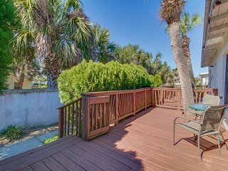 Cozy duplex with a furnished deck - only a half block from the beach!