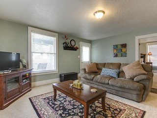 Adorable bungalow near year-round outdoor activities - in the heart of downtown!