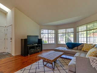 Family-friendly house w/fireplace, kitchen & yard - wineries nearby
