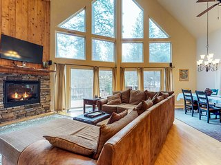 Two-level, home w/ shared pool & tennis - close to Yosemite!
