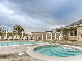 Condo w/shared pool and hot tub, free WiFi, & ocean/lighthouse views - dogs ok!