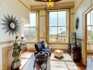 Historic apartment  w/ downtown views - close to Six Flags, the Alamo, and more!