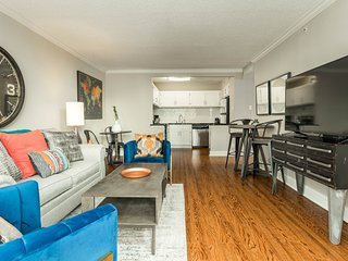Spacious high-rise apartment w/shared pool in the heart of downtown