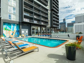 High-rise, downtown studio w/ shared pool, fitness room, basketball