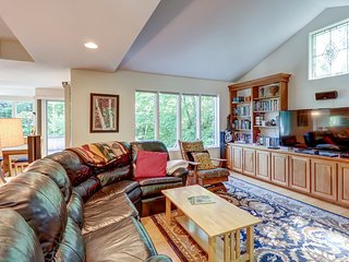 Spacious home w/large deck & a private hot tub - near the slopes