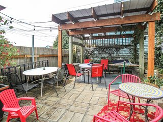 Dog-friendly retreat on 6th Ave w/ patio & hot tub - walk to restaurants & shops