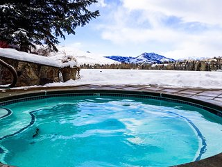 Charming condo with shared Bluff pool,  and hot tub gorgeous mountain views