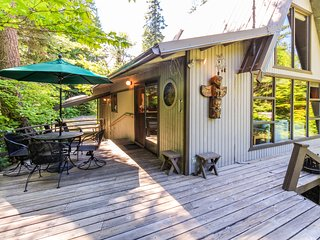 One hour from Bellevue w/private river view & fireplace, nature & great fishing!