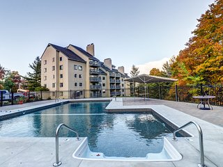 Spacious mountain condo w/shared pool, hot tub, gym & sauna