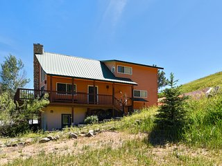 Upper duplex w/ wraparound deck & scenic views - dogs OK!