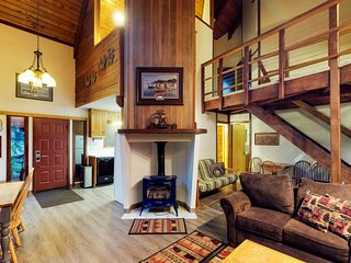 Comfy chalet w/ private hot tub, 2 fireplaces - near trails & slopes, dogs OK!