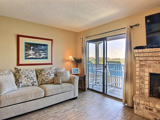 NEW LISTING! Dog-friendly waterfront condo near Schlitterbahn
