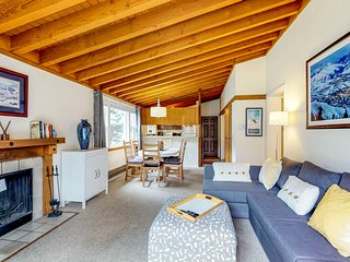 Comfy condo w/shared pool, hot tub, sauna -near slopes, mtn views