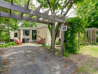 Quaint getaway w/ a full kitchen & lush yard - close to the beach & downtown