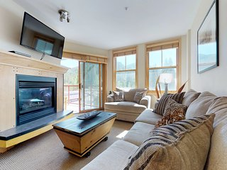 Cozy condo w/shared hot tub, mountain views, steps from skiing