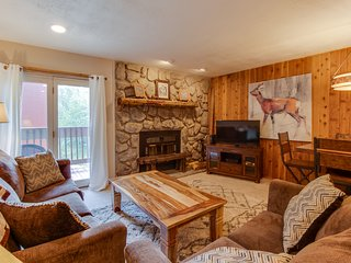 Cozy condo w/ shared hot tubs, pool, sauna, gym, and game room