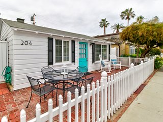 Dog-friendly cottage near shops, restaurants, & the beach